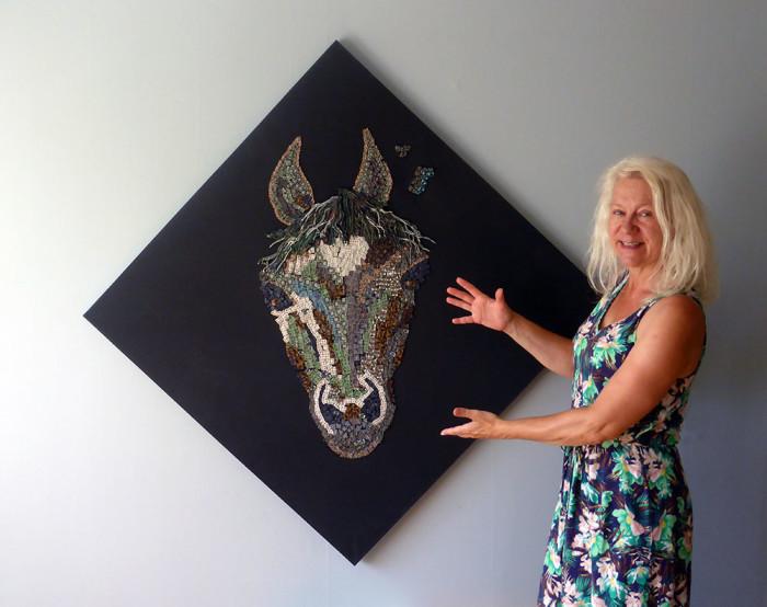 EvaMarie Törnström med ett av sina hästar i polymerlera. Foto:  Mosebacke Konst och Konsthantverk.