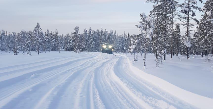 Fordon i snöklädd skog. Foto: Vasaloppet