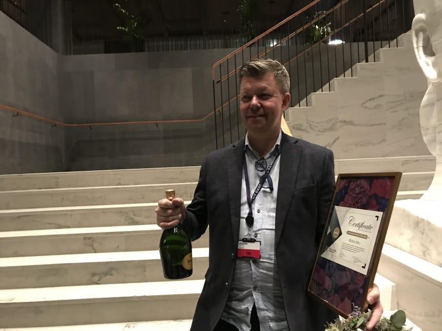 Selma Spas hotelldirektör, Anders Pertun, tar emot priset Sustainability Hotel of The Year. Foto: Selma spa
