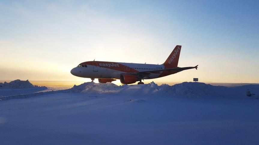 Flygplan på snöig flygplats. Foto: Jämtland Härjedalen Turism (JHT)