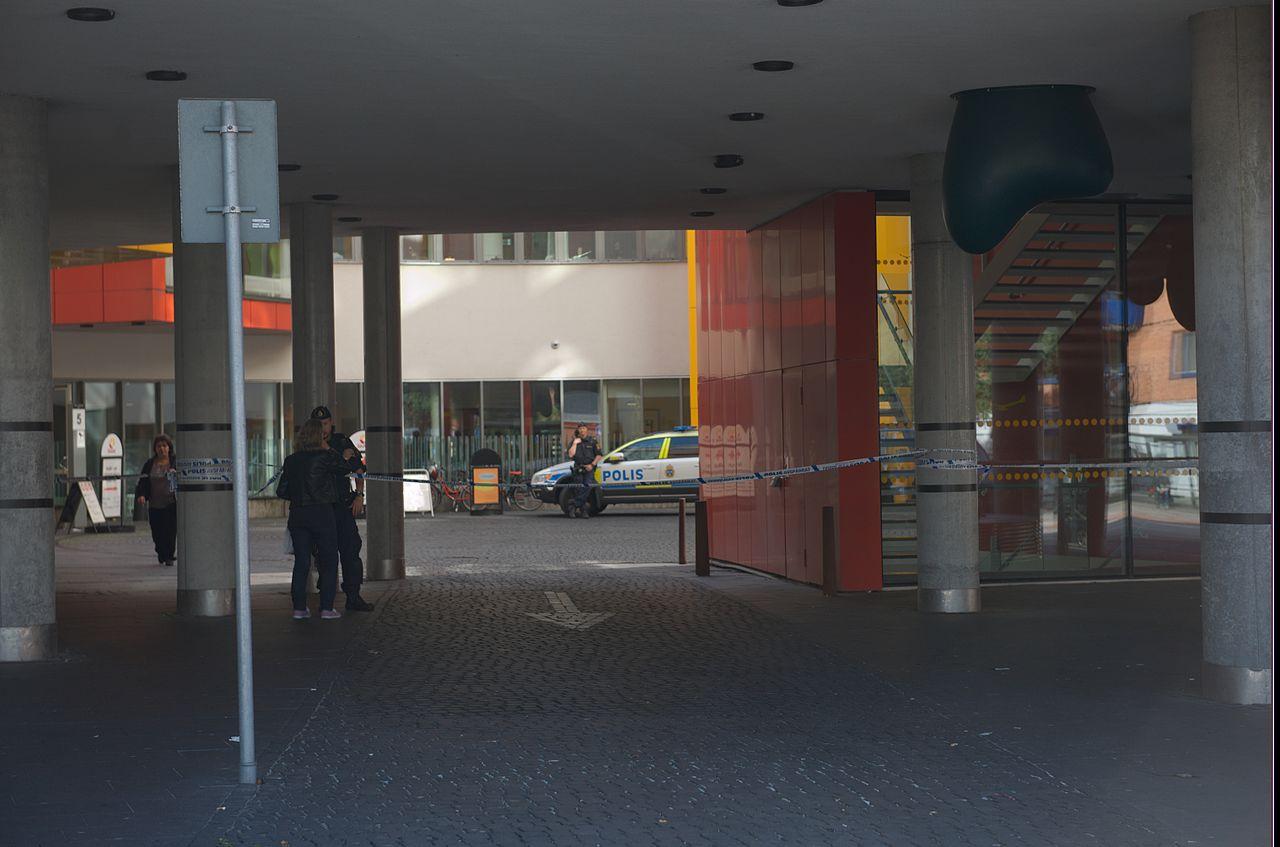 Polisavspärrning utanför akuten i Malmö. Foto: Johan Jönsson (Julle)