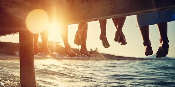 Fötter och undersidan på en brygga. Foto: YouGov