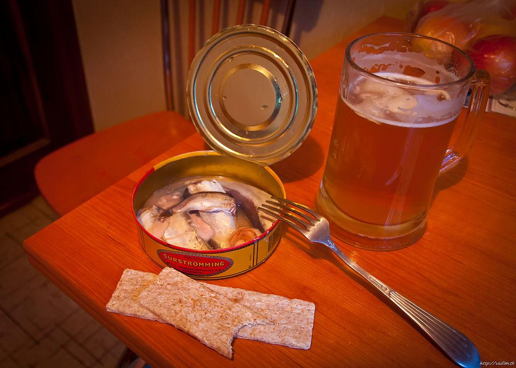 Surstömming, knäckebröd och öl.