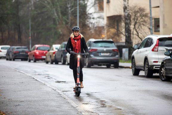 Kvinna på elsparkcykel.  Förutom förslag på regeländringar pekar myndigheten på behovet av ökad kunskap om trafikregler och trafiksäkerhet kopplat till cykel. Foto: Liza Simonsson